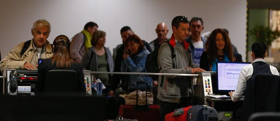 Dwa dni po otwarciu hali odlotów na brukselskim lotnisku Zaventem, gdzie 22 marca doszło do zamachu, nadal panuje chaos. Z powodu zaostrzonych kontroli pasażerowie nie raz muszą czekać w kolejkach nawet cztery godziny.