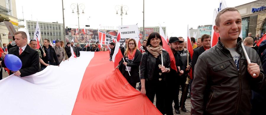 """Działacze oraz zwolennicy Kukiz'15 przeszli przez centrum Kielc w manifestacji pod hasłem """"Chcemy nowej konstytucji"""". Poseł Piotr Liroy-Marzec zwracał uwagę, że obecna ustawa zasadnicza nie spełnia swojej głównej roli – ochrony obywatela."""
