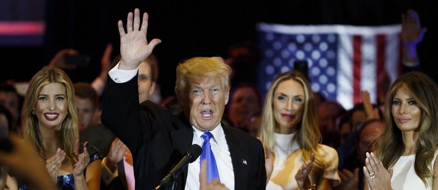 Donald Trump zdecydowanie zwyciężył we wtorkowych prawyborach w stanie Indiana. To skłoniło jego rywala Teda Cruza do wycofania się z dalszej walki o nominację prezydencką Partii Republikańskiej. Wśród Demokratów prognozy wskazują na zwycięstwo Berniego Sandersa.