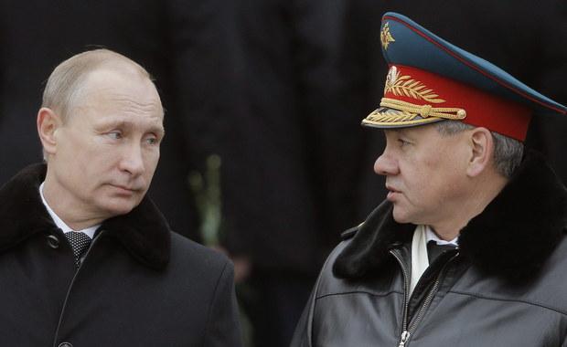 Rosja rozlokuje na rubieżach trzy nowe dywizje, by przeciwstawić się umacnianiu się u swych granic sił NATO - oświadczył minister obrony Siergiej Szojgu. Dywizje, które zostaną rozlokowane na zachodzie i na południu, zostaną sformowane do końca roku.