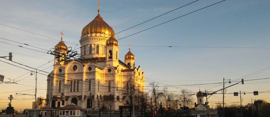 Rozmawiałem ostatnio chwilę z emerytowanym generałem KGB. Facet jest w doskonałej formie, nie ma nawet sześćdziesięciu lat i wygląda na tego, kto tylko oficjalnie zakończył współpracę z oporą władzy Władimira Putina, kiedyś KGB, dzisiaj FSB. Spotkaliśmy się w Ostankino, w budynku, w którym kręci się większość rosyjskich politycznych talk show.