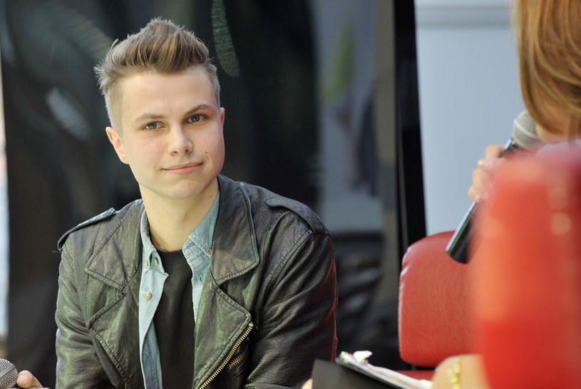 """Poniżej możecie posłuchać piosenki """"Z całych sił"""" Szymona Chodynieckiego, która znalazła się w gronie utworów zakwalifikowanych do Koncertu SuperPremier na Festiwalu w Opolu."""