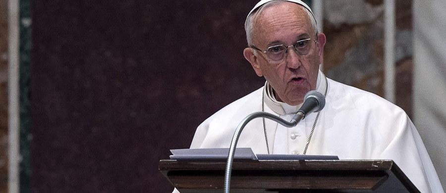 Papież Franciszek powiedział w sobotę lekarzom pracującym w Afryce, że niosą oni pomoc tam, gdzie neguje się prawo do zdrowia. Pozostaje ono - jak dodał - przywilejem nielicznych.