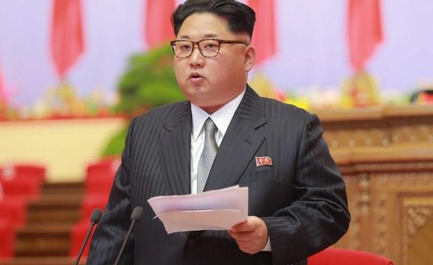 """Przywódca Korei Północnej Kim Dzong Un oświadczył, że jego kraj nie użyje broni nuklearnej jako pierwszy jeżeli jego suwerenność nie zostanie naruszona oraz, że chce znormalizować stosunki """"z wrogimi państwami"""" - poinformowała agencja KCNA."""