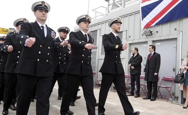 """Wykształcony w prestiżowej akademii marynarki wojskowej w Wielkiej Brytanii 28-latek dołączył do szeregów Państwa Islamskiego. Eksperci ostrzegają, że zagraża to bezpieczeństwu państwa. """"Ktoś z jego wiedzą otwiera nowe pole dla terroryzmu"""" – mówi były oficer brytyjskiej marynarki Alan West."""