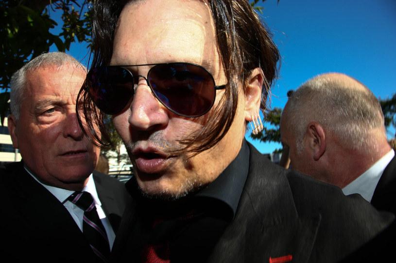 Johnny Depp sparodiował głośne nagranie, w którym wspólnie z żona Amber Heard przepraszają Australię za nielegalne przywiezienie dwóch psów na terytorium tego kraju.