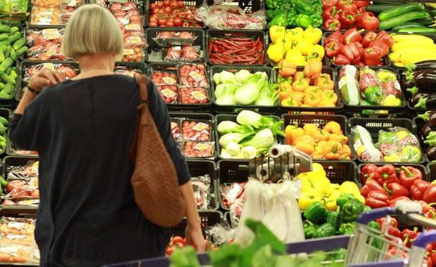 Supermarkety, hipermarkety, galerie handlowe oraz inne sklepy zatrudniające pracowników na umowę o pracę są dziś zamknięte. Powodem są Zielone Świątki.