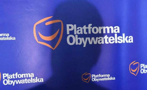 Platforma Obywatelska dopiero jutro przedstawi oficjalną odpowiedź na miażdżący audyt, który przygotował gabinet Beaty Szydło. Dokument jest praktycznie gotowy, trwają ostatnie prace - dowiedział się nieoficjalnie nasz reporter Grzegorz Kwolek.