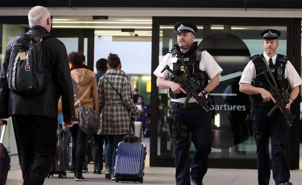 """Miał chronić pasażerów, a był pijany. Policja na lotnisku Heathrow zatrzymała nietrzeźwego """"podniebnego szeryfa"""", który pracował dla linii United Airlines. Mężczyzna miał przy sobie służbową broń."""