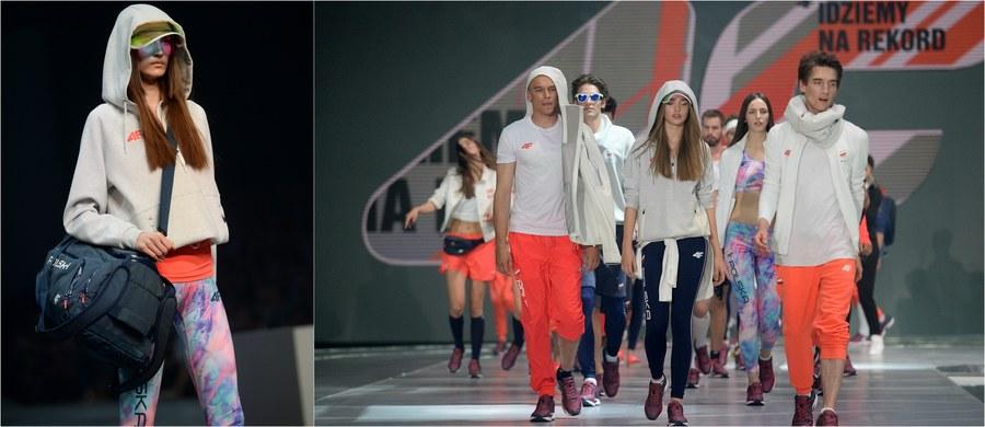 """Niebieska marynarka i pomarańczowe spodnie dla mężczyzn oraz pastelowa, zwiewna sukienka dla kobiet - takie stroje założą polscy olimpijczycy na ceremonię otwarcia igrzysk w Rio de Janeiro. W Warszawie zaprezentowano olimpijską kolekcję przygotowaną dla biało-czerwonych. """"To kolekcja kolorowa, energetyczna i w neonowych barwach. W ten sposób chcieliśmy nawiązać do tętniącego życiem i kolorami Rio de Janeiro"""" - wyjaśniał po premierowym pokazie w hali EXPO Igor Klaja, prezes marki odzieżowej 4F, która odpowiadała już za ubiór polskich sportowców w Vancouver (2010), Londynie (2012) i Soczi (2014)."""