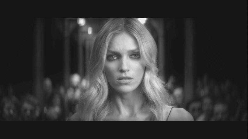 """Poniżej możecie zobaczyć czarno-biały teledysk """"Lost Me"""" Mary Komasy. W klipie pojawia się naga modelka Anja Rubik."""