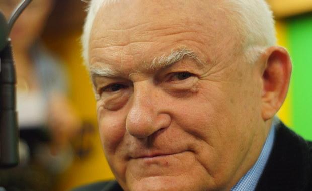 """""""Beata Szydło nie powinna być Prezesem Rady Ministrów. Tę funkcję powinien pełnić Jarosław Kaczyński. Dla czystości systemu politycznego w Polsce powinna obowiązywać reguła, że szef wygranej partii zostaje premierem"""" - mówi gość Kontrwywiadu RMF FM, były premier Leszek Miller z SLD. """"Przypuszczam, że co jakiś czas prezes PiS myśli sobie: ja bym to zrobił lepiej, gdybym był szefem rządu"""" - uważa Miller. Jego zdaniem być może Kaczyński próbuje wariant, który zastosował przy okazji wyboru Kazimierza Marcinkiewicza. """"To trwało 8 miesięcy, więc Szydło ma jeszcze trochę czasu"""" - dodaje były premier. Pytany o półrocze rządu odpowiada, że największym pozytywem jest program 500+. """"Gdybyśmy my mieli takie pieniądze, jak dziś PiS, to byśmy zrobili to samo. Nawet zrobilibyśmy 1000+!"""" - mówi gość RMF FM. Jego zdaniem największym rozczarowaniem jest plan Morawieckiego. """"Mieliśmy do czynienia z próbą propagandowego błyśnięcia. Przedstawił propagandową ulotkę. Mijają trzy miesiące i nie ma w związku z tym żadnej ustawy"""" - uważa były premier."""