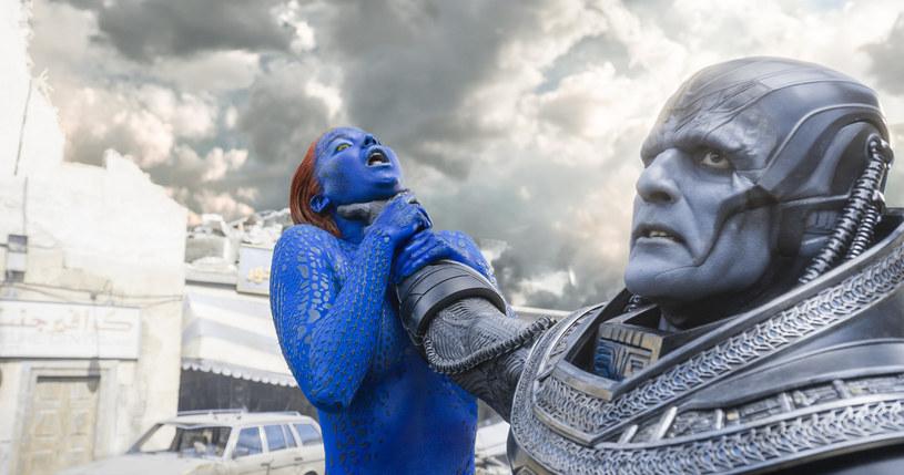 """Po sukcesie filmu """"X-Men: Przeszłość, która nadejdzie"""", reżyser Bryan Singer postanowił podnieść poprzeczkę jeszcze wyżej. W """"X-Men: Apocalypse"""" bohaterowie stawią czoło najpotężniejszemu mutantowi ze wszystkich."""