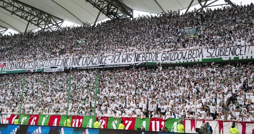 Zarząd TVN S.A. podjął decyzję o zakończeniu wszelkich form współpracy z klubem Legia Warszawa - poinformowano w oświadczeniu. To efekt wywieszenia przez kibiców skandalicznego transparentu podczas meczu piłkarskiej ekstraklasy Legia - Piast (4:0) 8 maja.