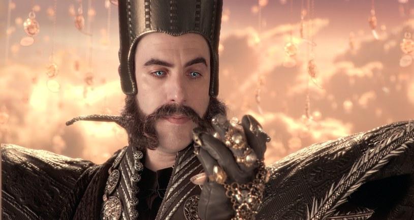 """Sacha Baron Cohen, który dotąd zapisał się w pamięci widzów jako odtwórca komediowych ról Aliego G i Borata, tym razem wciela się w kolejną szaloną postać. W nowym filmie Disneya """"Alicja po drugiej stronie lustra"""" zobaczymy go jako Czas - magiczną istotę, która jest pół-człowiekiem, pół-zegarem."""