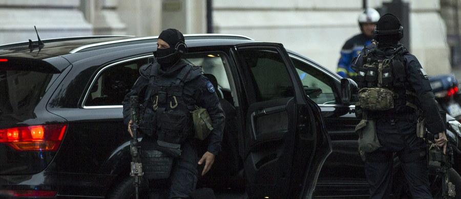 Salah Abdeslam, jedyny żyjący członek grupy dżihadystów z Państwa Islamskiego, odpowiedzialnych za zorganizowane listopadowych zamachów w Paryżu, odmówił odpowiedzi na pytania sędziego śledczego podczas pierwszego przesłuchania we Francji.