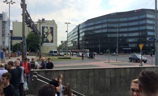 Podejrzany pakunek porzucono na ulicy Oławskiej w centrum Wrocławia. Ostatecznie okazało się, że torba nie zawiera niczego niebezpiecznego. Przez dwie godziny zablokowany był cały Plac Dominikański.