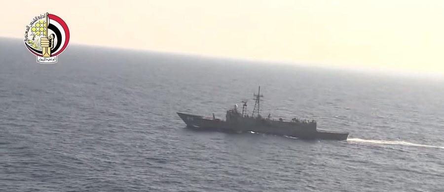 Europejska Agencja Kosmiczna (ESA) poinformowała, że jeden z jej satelitów wykrył wyciek paliwa w rejonie Morza Śródziemnego, w którym w nocy ze środy na czwartek z radarów zniknął samolot linii EgyptAir. Na pokładzie było 66 osób.