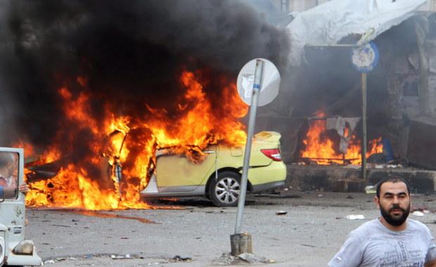 Ponad 100 osób zginęło w serii siedmiu zamachów - poinformowało Syryjskie Obserwatorium Praw Człowieka. Przeprowadziło je Państwo Islamskie w dwóch leżących na zachodnim wybrzeżu miastach, Tartus i Dżabla, będących bastionem syryjskiego reżimu.