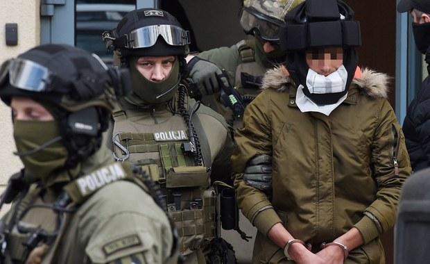 Kajetan P. - podejrzany o brutalny mord w Warszawie - zaatakował psycholożkę w więzieniu na Mokotowie i ranił interweniującego strażnika - dowiedział się dziennikarz RMF FM. Do napaści doszło w więziennej celi w czasie obchodu lekarskiego. Do czasu incydentu Kajetan P. nie był uznawany za więźnia niebezpiecznego dla otoczenia i nie przebywał w specjalnej celi dla osadzonych ze statusem N. Teraz - jak ustaliliśmy - może usłyszeć nowy zarzut.