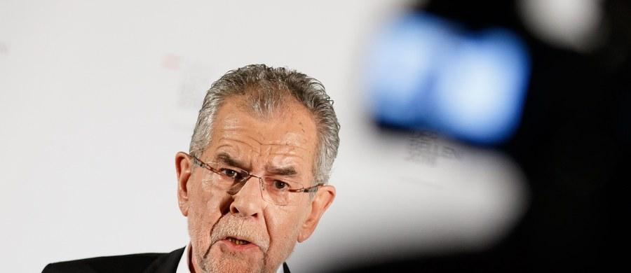 Niezależny kandydat, wspierany przez Zielonych Alexander Van der Bellen wygrał niedzielne wybory prezydenckie w Austrii, uzyskując 50,35 proc. głosów. Minimalnie pokonał Norberta Hofera z prawicowo-populistycznej Austriackiej Partii Wolności (49,65 proc.).
