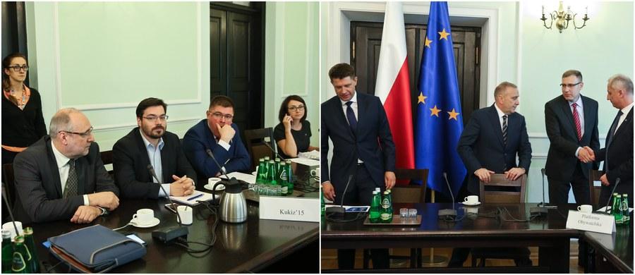 """Prawie dwie godziny trwało w Sejmie spotkanie poświęcone rozwiązaniu kryzysu wokół Trybunału Konstytucyjnego, zorganizowane przez trzy kluby opozycyjne: PO, PSL i Nowoczesną. W rozmowach wzięli również udział przedstawiciele Kukiz'15 i - w charakterze obserwatora - poseł PiS. Po spotkaniu liderzy PO i Nowoczesnej podkreślali m.in., że o kompromisie nie może być mowy bez publikacji wyroku Trybunału z 9 marca. Stanisław Tyszka z Kukiz'15 komentował z kolei, że """"opozycja histeryczna nie bardzo rozumie znaczenie słowa: kompromis, nie bardzo posunęliśmy się do przodu, dlatego że oni cały czas stawiają zaporowe warunki""""."""