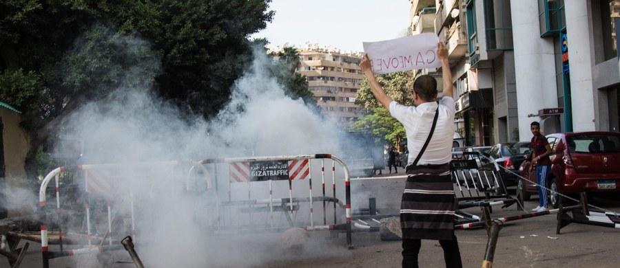 Tłum muzułmanów zaatakował i podpalił siedem mieszkań należących do chrześcijan na południe od stolicy Egiptu, Kairu - poinformowała w czwartek agencja Associated Press. Do ataku miało dojść w związku z informacjami o domniemanym romansie Kopta z muzułmanką.