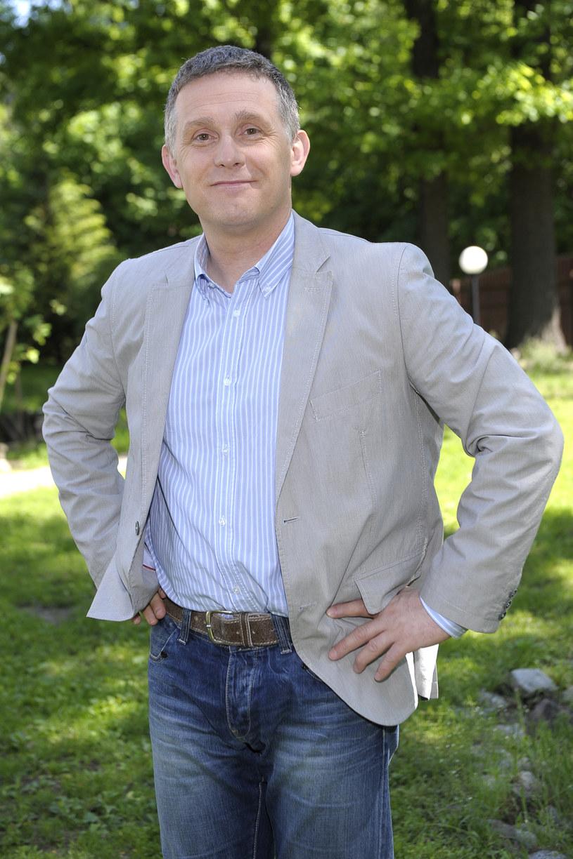 """Przed nami ostatni w tym sezonie odcinek """"M jak Miłość"""". Robert Moskwa, czyli serialowy Artur, opowiada o kulisach swojej pracy: komu zrobił psikusa i dlaczego trudno było całować się na planie."""