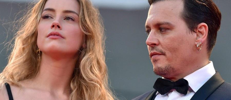 Gwiazdor filmowy Johnny Depp otrzymał sądowy zakaz kontaktów z żoną aktorką Amber Heard po tym jak oskarżyła ona go o pobicie. Heard złożyła w sądzie w Los Angeles pozew o rozwód.