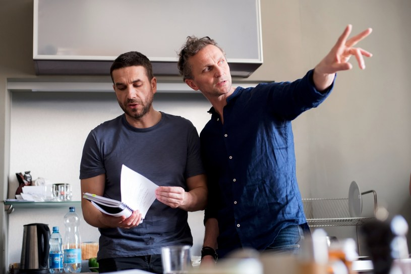 """HBO udostępniło materiały w technologii 360 stopni z planu zdjęciowego drugiego sezonu serialu """"Pakt"""". Obecnie produkcja jest na etapie zdjęć, ale widzowie już teraz mogą zajrzeć za jej kulisy i zobaczyć, jak wygląda praca na planie jednej z największych polskich produkcji telewizyjnych."""