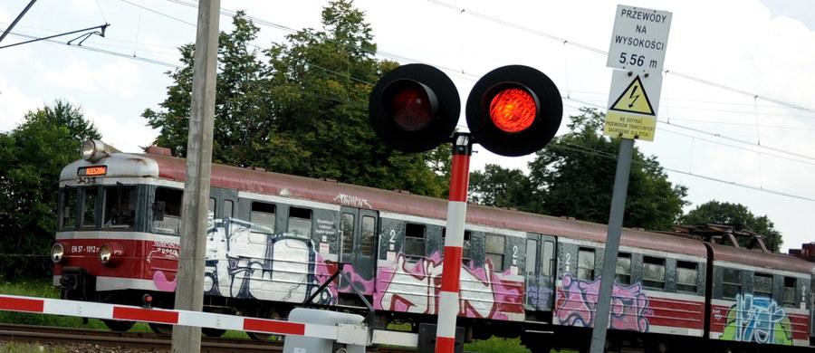 Są prokuratorskie zarzuty dla dróżniczki z Częstochowy. Kobieta we wtorek nie opuściła szlabanów na przejeździe kolejowym i pociąg uderzył tam w samochód osobowy. Jedna osoba została ranna.