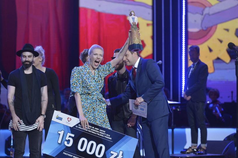 Drugim koncertem pierwszego dnia tegorocznego Festiwalu w Opolu był konkurs Debiutów. Największe wrażenie na telewidzach zrobił Kortez. Natomiast Opolską Karolinkę przyznano Darii Zawiałow. Otrzymała ona również nagrodę Polskiego Radia.