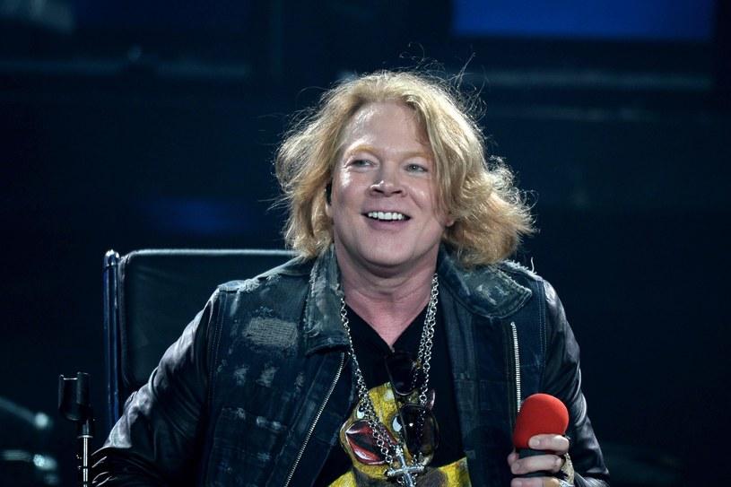 """Od kilku lat po sieci krąży kilka zdjęć Axla Rose'a, na którym ma on kilka kilogramów za dużo. Fotografie szybko stały się podstawą mema """"Fat Axl Rose"""". Teraz, gdy wokalista ruszył w światową trasę z Guns N' Roses oraz stał się tymczasowym głosem AC/DC, postanowił zadbać o swój wizerunek. Domaga się więc usunięcia memów z sieci."""