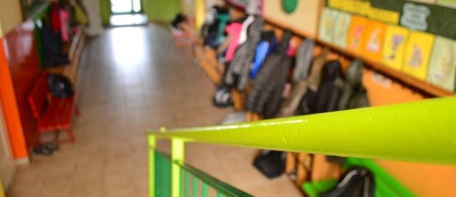 """Co najmniej 7 tys. nauczycieli już zwolniono. Drugie tyle pójdzie na wcześniejsze emerytury, a 2-3 tys. młodych nauczycieli szkoły nie przedłużyły kontraktów. To efekt niżu demograficznego i zatrzymania sześciolatków w przedszkolach - pisze """"Gazeta Wyborcza""""."""