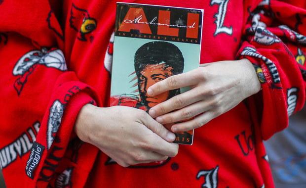"""W muzułmańskiej ceremonii pogrzebowej ku czci mistrza boksu Muhammada Alego, jaka odbyła się w jego rodzinnym mieście Louisville w stanie Kentucky wzięło udział ok. 14 tys. osób. Bokser był żegnany przez uczestników uroczystości jako """"mistrz ludu""""."""