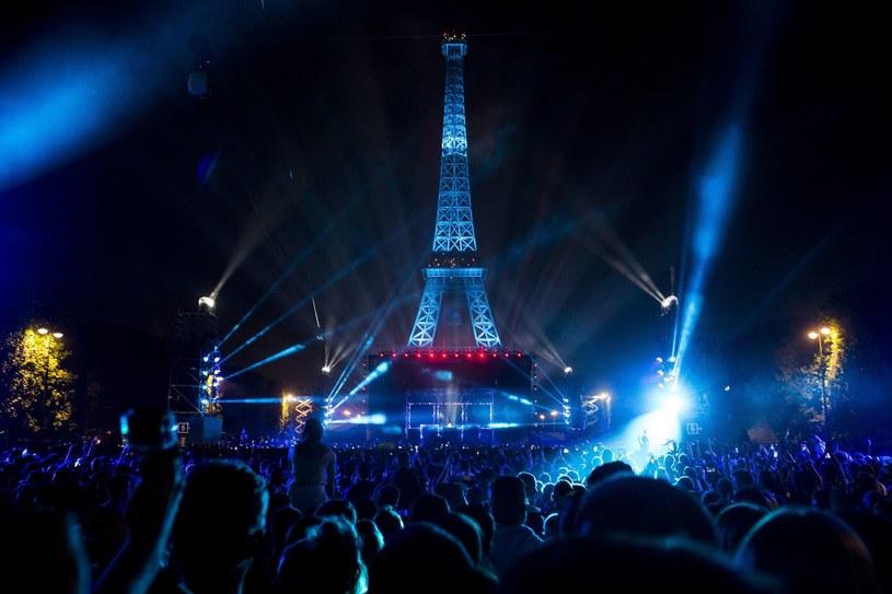 """9 czerwca na Polach Marsowych w Paryżu odbył się specjalny koncert Davida Guetty, zapowiadający Euro 2016. Francuz pojawi się również na inauguracji mistrzostw i wykona tam hymn imprezy """"This One's For You"""" wraz z Zarą Larsson."""