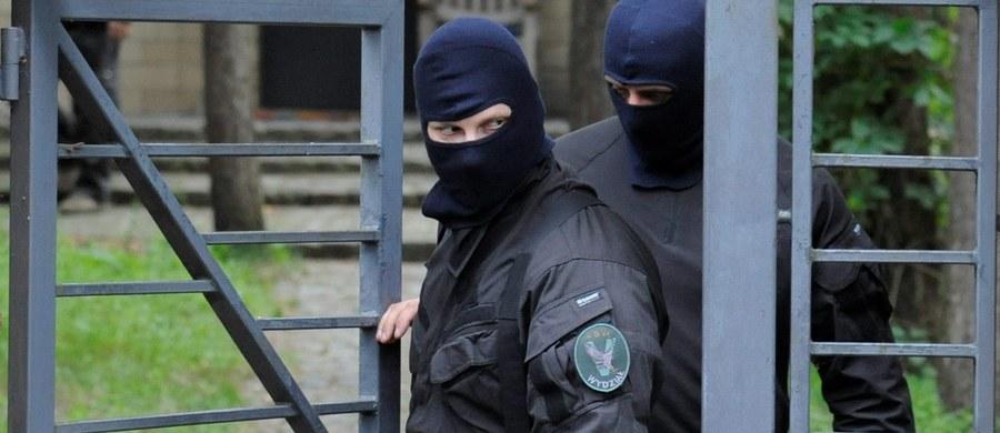 Wielka akcja Agencji Bezpieczeństwa Wewnętrznego na terenie całego kraju. Funkcjonariusze zatrzymali czterech mężczyzn, którzy planowali przeprowadzenie w Polsce zamachu. Dwóm z nich postawiono zarzuty o charakterze terrorystycznym. Zabezpieczono broń i materiały wybuchowe.