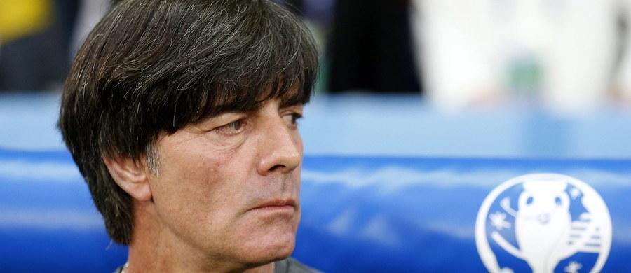 Joachim Loew przyzwyczaił nas już do, powiedzmy, niekonwencjonalnych zachowań w czasie meczów... Widok selekcjonera reprezentacji Niemiec dłubiącego w nosie w zasadzie mało kogo już zaskakuje. Loew rozbudował jednak swój repertuar... Zobaczcie, co zarejestrowały kamery w czasie niedzielnego meczu reprezentacji Niemiec i Ukrainy. Ostrzegamy: oglądacie na własną odpowiedzialność!