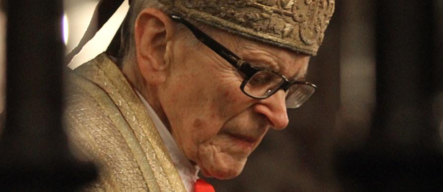 Stan kardynała Franciszka Macharskiego jest bardzo poważny, ale stabilny - powiedział RMF FM rzecznik Archidiecezji Krakowskiej ksiądz Piotr Studnicki. Wczoraj kardynał trafił do jednego z krakowskich szpitali. Dziś rano metropolita krakowski kard. Stanisław Dziwisz w Katedrze na Wawelu przewodniczył mszy św. odprawionej w intencji powrotu do zdrowia kardynała Macharskiego.