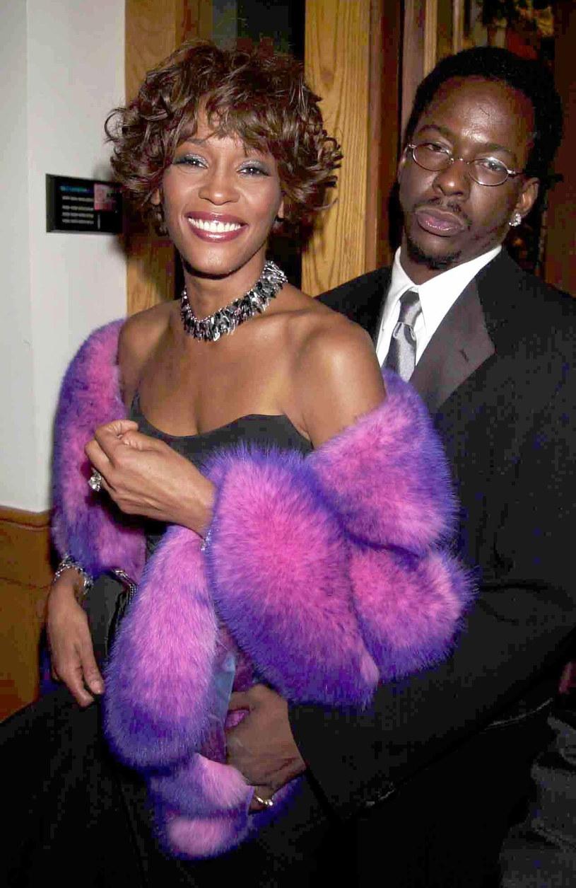 """Bobby Brown przed premierą swojej książki """"Every Little Step"""" podzielił się kilkoma sekretami dotyczącym jego małżeństwa z Whitney Houston. Kolejne rewelacje mają znaleźć się również w biografii. Tam m.in. pojawiła się wzmianka, że była żona zdradzała go z 2Pac'iem."""