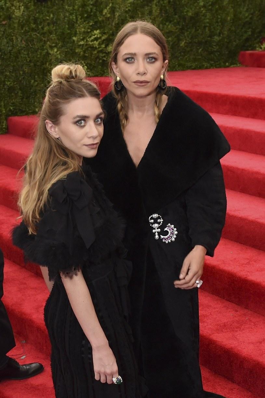 """Mary-Kate i Ashley Olsen, amerykańskie aktorki, znane m.in. z popularnego w latach 90. serialu """"Pełna chata"""" czy filmu """"Czy to ty, czy to ja?"""", bliźniaczki określane mianem """"najbardziej znanych sióstr świata"""", w poniedziałek, 13 czerwca, świętują 30. urodziny."""