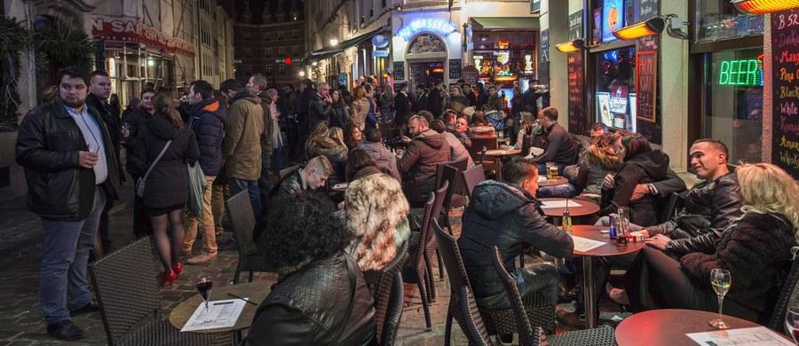 Kunst Smith - właściciel kawiarni w holenderskim Maastricht na granicy belgijskiej, był tak rozczarowany faktem, że przedstawiciele jego kraju nie grają na mistrzostwach Europy, że symbolicznie przesunął linię swojego państwa tak, aby jego lokal - na czas Euro 2016 - znajdował się w Belgii. O sprawie piszą tamtejsze media.