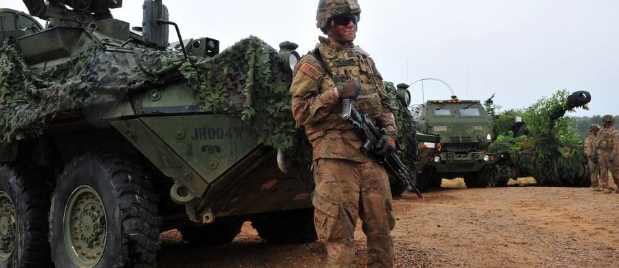Sekretarz generalny NATO Jens Stoltenberg potwierdził, że Sojusz planuje wzmocnić swą wschodnią flankę poprzez rotacyjną obecność czterech batalionów w krajach bałtyckich i w Polsce. Ostateczne decyzje mają zapaść na szczycie NATO w Warszawie.