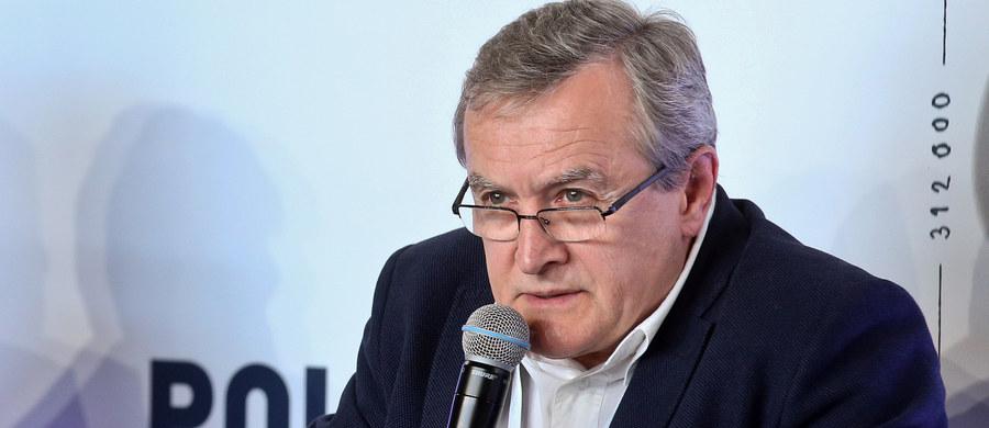 """W środę na walnym zgromadzeniu Światowego Biura Wystaw w Paryżu będę składać w imieniu rządu polskiego list intencyjny dotyczący organizacji Expo w Łodzi, którego tematem będzie rewitalizacja - poinformował w poniedziałek wicepremier, minister kultury Piotr Gliński. """"Składamy wniosek - zgodnie z obowiązującą procedurą - na rok 2022; być może organizacja będzie przesunięta o rok, ze względu na to, że poprzednie Expo będzie organizowane pod koniec roku"""" - zaznaczył."""