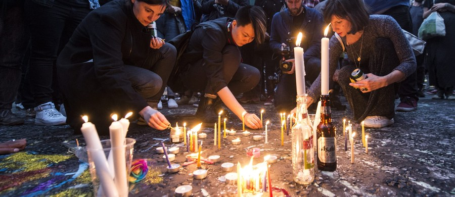Prezydent Barack Obama uda się w czwartek do Orlando, aby uczcić pamięć ofiar strzelaniny w klubie gejowskim, w której zginęło 49 osób i wyrazić swą solidarność z rodzinami zamordowanych – poinformował w poniedziałek Biały Dom. Omar Mateen, obywatel USA afgańskiego pochodzenia zaatakował gejowski klub w Orlando w nocy w nocy z soboty na niedzielę. Wśród 50 zabitych jest 49 ofiar i sam napastnik. Co najmniej 53 osoby odniosły obrażenia. Większość z nich jest w stanie krytycznym.