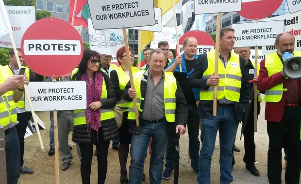 Przewoźnicy z kilkunastu krajów, w tym z Polski, Węgier i Czech protestują w Brukseli przeciwko działaniom Francji i Niemiec. Państwa te żądają, by na ich terytorium firmy transportowe z innych krajów wprowadzały miejscową płacę minimalną. Dla przewoźników oznacza to utrudnienia w dostępie do rynków. Liczą oni na pomoc KE.