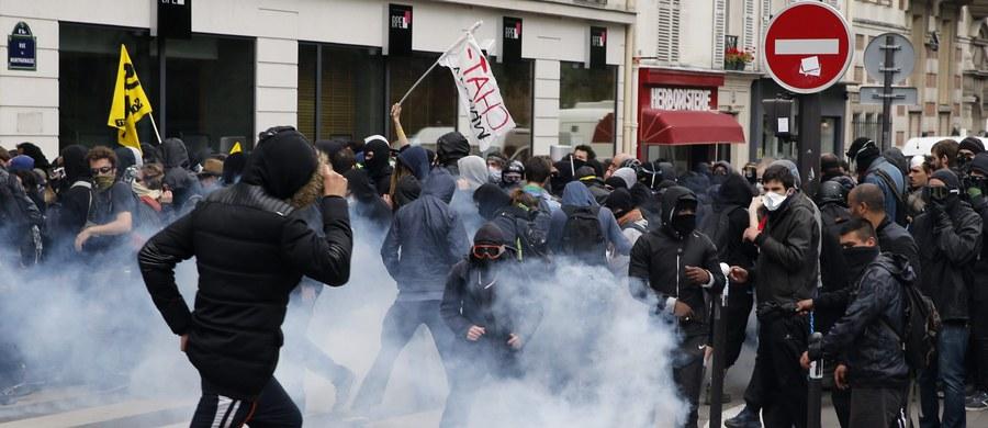 26 osób, w tym 20 policjantów, zostało rannych w starciach, do jakich doszło w Paryżu podczas demonstracji związkowców przeciwko rządowej reformie prawa pracy, która ma ułatwić pracodawcom zarówno zatrudnianie, jak i zwalnianie pracowników. Kilkaset zamaskowanych osób obrzuciło pilnujących porządku policjantów paletami z pobliskiej budowy i kamieniami. Funkcjonariusze w odpowiedzi użyli gazu łzawiącego i armatek wodnych. 15 osób zostało zatrzymanych.