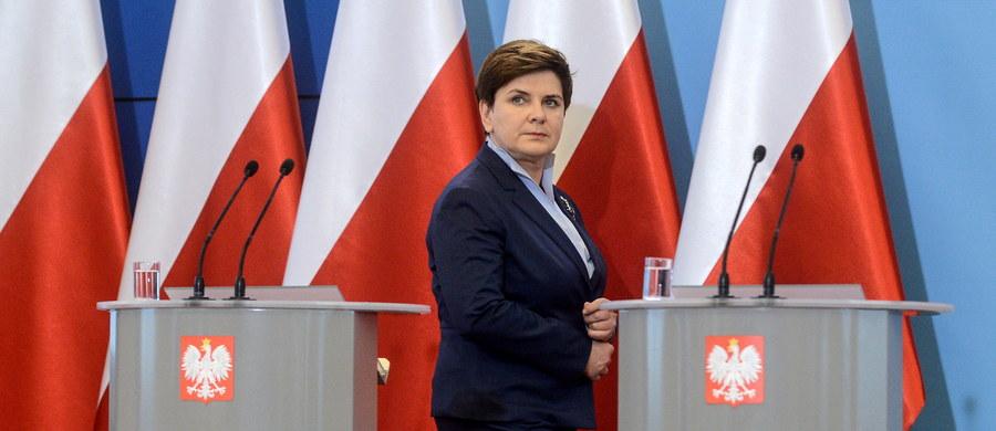 """""""Kierując się odpowiedzialnością za budżet państwa, sytuację finansów i za los polskich obywateli, myśląc o godności polskich obywateli, rząd zdecydował, że w przyszłym roku minimalne wynagrodzenie będzie wynosiło 2 tys. zł"""" – ogłosiła premier Beata Szydło. To wyższa kwota, niż proponował resort rodziny i pracy."""