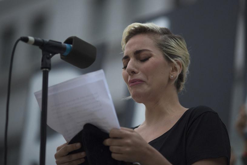 Lady Gaga wzięła udział w czuwaniu w intencji ofiar strzelaniny w Orlando. Wokalistka rozpłakała się, wyczytując w trakcie uroczystości nazwiska osób, które zginęły podczas ataku na klub dla gejów.