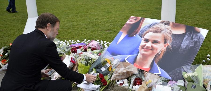 """Policja brytyjska przedstawiła zarzuty 52-letniemu Thomasowi Mairowi, zabójcy deputowanej do Izby Gmin Jo Cox - poinformowano w sobotę na policyjnej stronie internetowej. """"Oskarżyliśmy go o morderstwo, ciężkie uszkodzenie ciała i posiadanie broni palnej z zamiarem popełnienia przestępstwa"""" - głosi oświadczenie szefa policji hrabstwa West Yorkshire, Nicka Wallena. Dziś Mair ma stanąć przed sądem."""